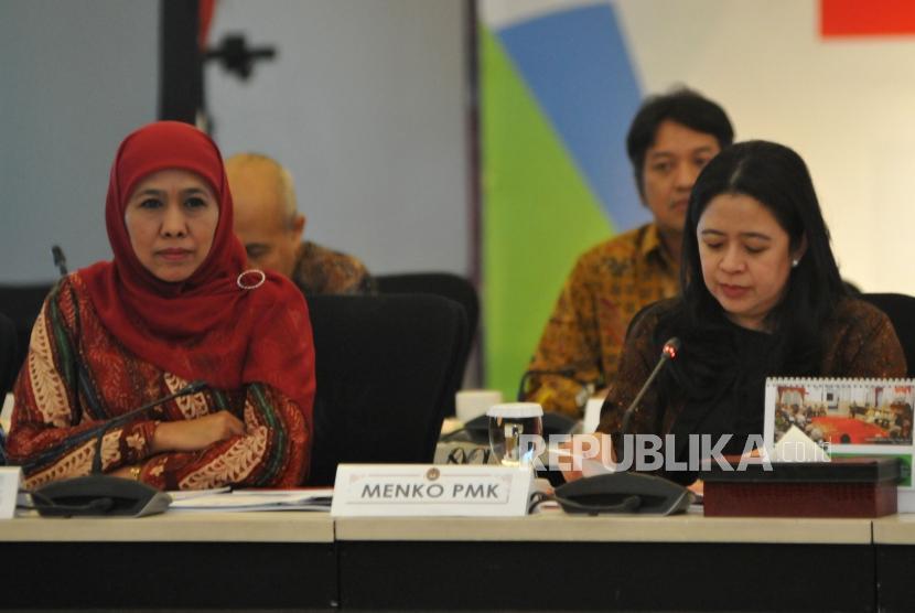 Menko PMK Puan Maharani (kanan) bersama Mensos Khofifah Indar Parawansa saat Rapat Koordinasi (Rakor) Tingkat Menteri di Jakarta, Rabu (29/11).