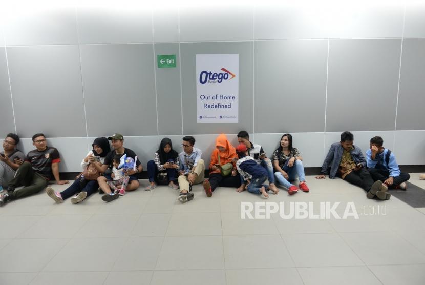 Penumpang Pertama Pascaperesmian MRT. Penumpang Moda Raya Terpadu (MRT) beristirahat di Stasiun MRT Bundaran HI, Jakarta, Ahad (24/3/2019).