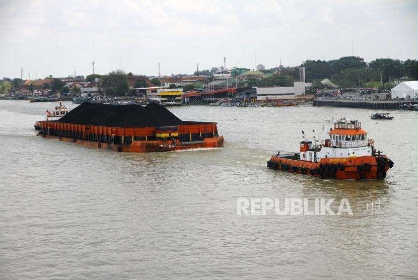 Penguatan Harga Batubara. Kapal tunda menarik tongkang batubara di Sungai Musi, Palembang, Ahad (2/9).