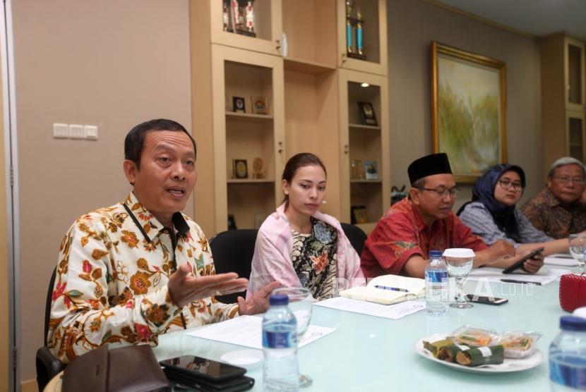 Direktur Eksekutif Indonesia Halal Watch Ikhsan Abdullah (kiri) didampingi para pejabat terkait memberikan paparannya ke kantor Harian Republika, Jakarta, Jumat (19/10).