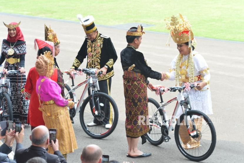 President Joko Widodo gave bicycle prizes to participants of the ceremony in the best traditional clothing after Independence day ceremony at the Merdeka Palace, Jakarta, Saturday (17/8).