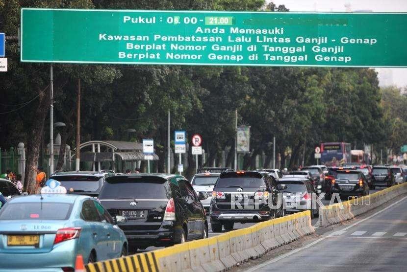 Sejumlah kendaraan roda empat melintas saat penerapan sistem ganjil-genap di Kawasan Jalan Medan Merdeka Barat, Jakarta, Senin (20/8).