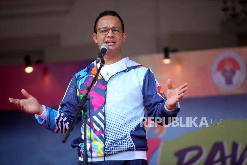 Gubernur DKI Jakarta Anies Baswedan memberikan sambutan saat pawai obor (torch relay) Asian Para Games 2018 di Balaikota, Jakarta, Ahad (30/9).