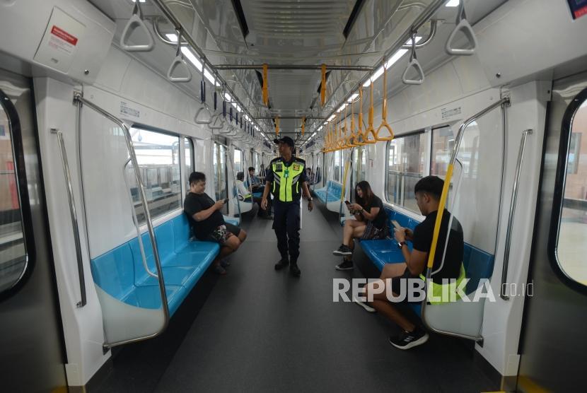 Penumpang saat mengikuti uji coba publik pengoperasian MRT fase I Koridor Lebak Bulus-Bundaran HI di Jakarta, Selasa (12/3).