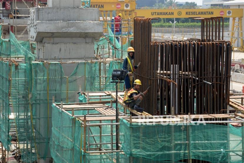 Pekerja beraktivitas diproyek infrastruktur transportasi di Jakarta, Ahad (6/1).