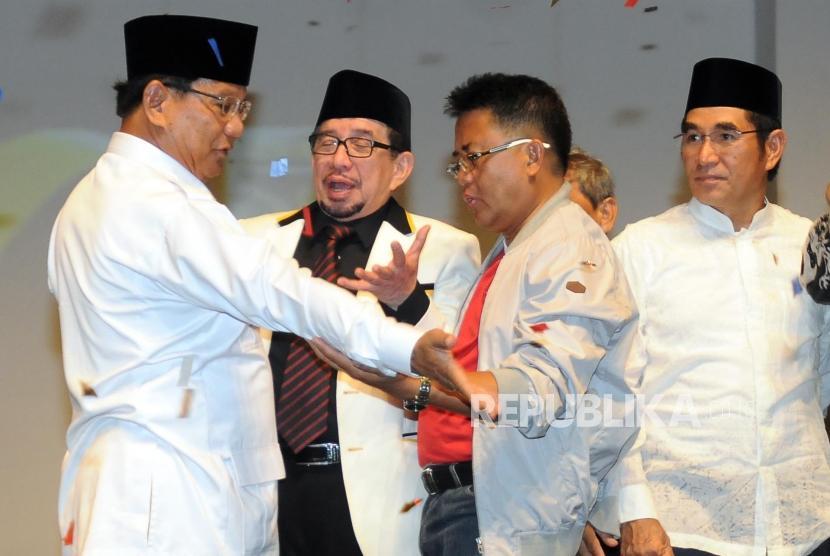 Presiden PKS Sohibul Iman (kedua kanan) bersama Ketua Umum Partai Gerindra Prabowo Subianto (kiri) dan Ketua Majelis Syuro PKS Salim Segaf (kedua kiri) berbincang usai perayaan ulang tahun PKS di Sentul International Convention Center (SICC), Bogor, Jawa Barat, Ahad (13/5).