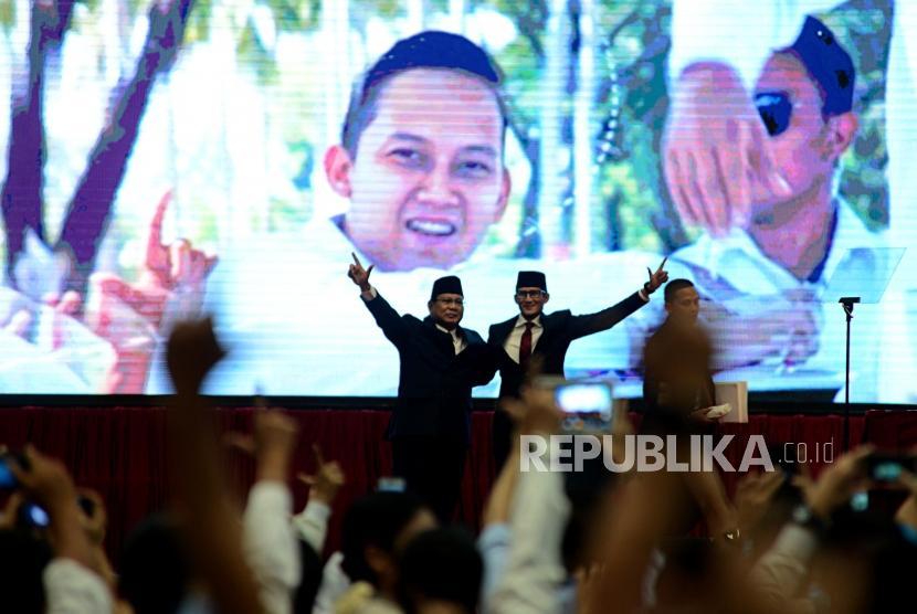 Calon Presiden dan Calon Wakil Presiden Nomor Urut 02 Prabowo Subianto dan Sandiaga Uno saat akan menyampaikan pidato kebangsaan di Jakarta Convention Center, Senin (14/1).