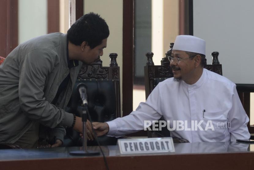 Mantan Jubir Hizbut Tahrir Indonesia (HTI) Ismail Yusanto bersiap mengikuti persidangan dengan agenda pembacaan putusan gugatan di Pengadilan Tata Usaha Negara (PTUN), Jakarta, Senin (7/5).