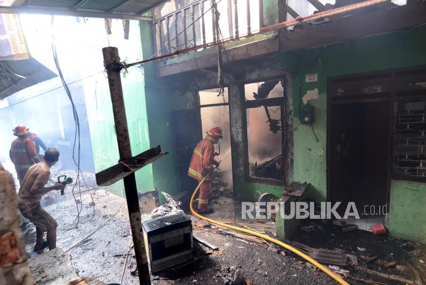 Kebakaran Pemukiman di Manggarai. Petugas pemadam kebakaran berusaha memadamkan api dari kebaran yang terjadi di pemukiman padat penduduk di Jalan Lebak Swadaya I, Kampung Bali daerah Matraman, Jakarta, Rabu (10/7).