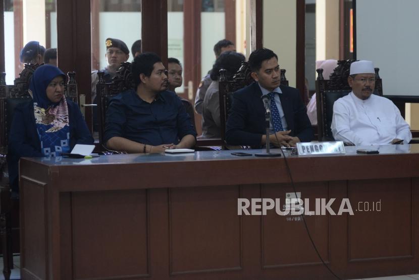 Mantan Jubir Hizbut Tahrir Indonesia (HTI) Ismail Yusanto bersama tim kuasa hukum mengikuti persidangan dengan agenda pembacaan putusan gugatan di Pengadilan Tata Usaha Negara (PTUN), Jakarta, Senin (7/5).