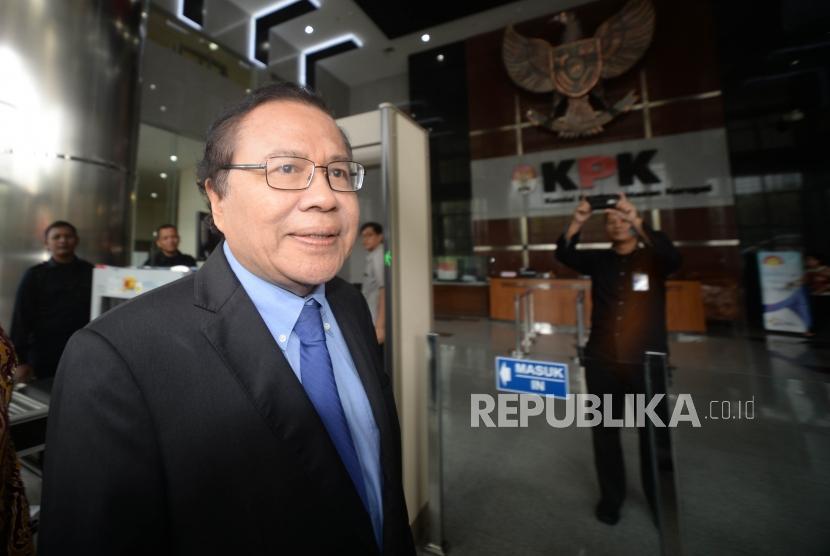 Mantan Menteri Koordinator  Kemaritiman, Rizal Ramli berjalan menuju Lobby Komisi Pemberantsan Korupsi (KPK).