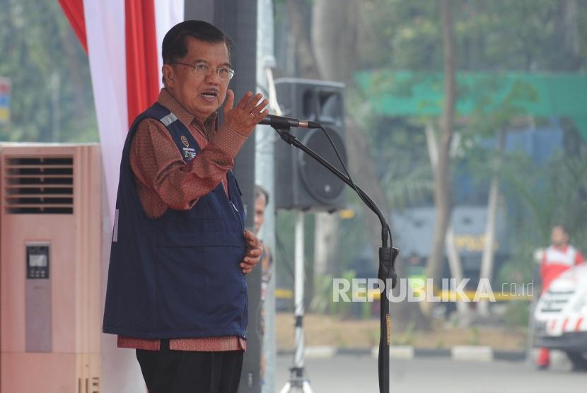 Wakil Presiden Jusuf Kalla memberikan sambutan saat Apel Kesiapan Relawan PMI di Stasiun Gambir, Jakarta, Kamis (7/6).