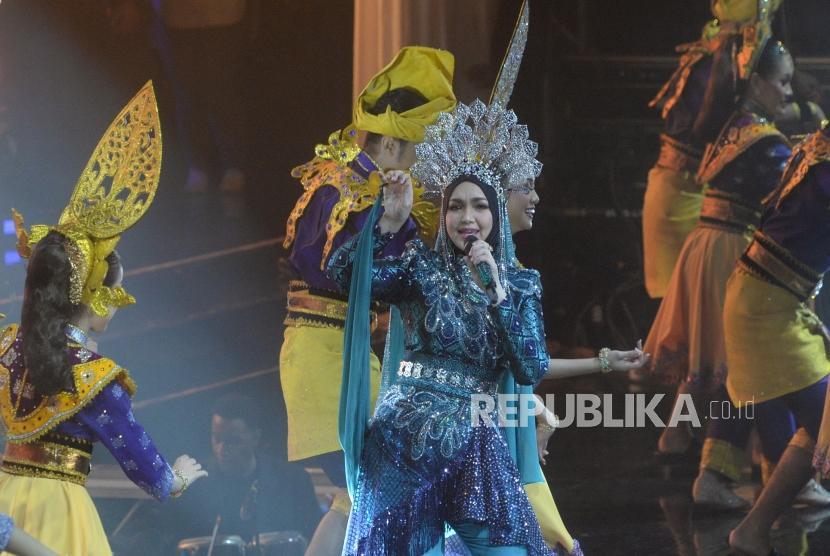Konser Siti Nurhaliza. Dato Sri Siti Nurhaliza saat konser di Istora Senayan, Jakarta, Kamis (21/2/2019).