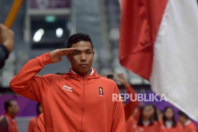Atlet Atletik Indonesia, Lalu Muhammad Zohri  hormat kepada bendera Indonesia saat pengukuhan Atlet Kontingen Indonesia  untuk Asian Games 2018 di Istora Senayan, Jakarta, Ahad(5/8).