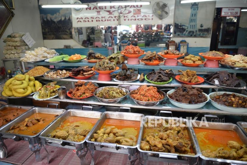 Pedagang menjajakan aneka jenis kuliner makanan Padang di Kramat, Senen, Jakarta Pusat.
