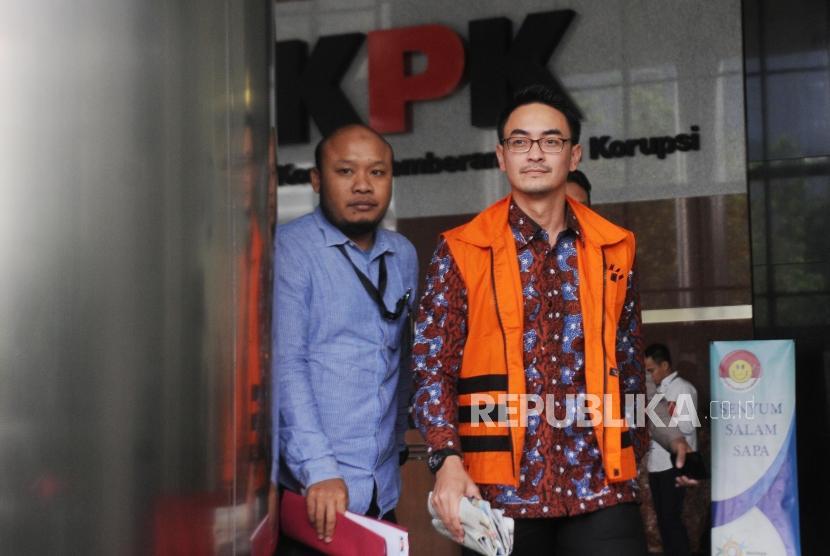 Gubernur Jambi nonaktif Zumi Zola berjalan keluar ruangan usai menjalani pemeriksaan di gedung KPK, Jakarta, Selasa (5/6).