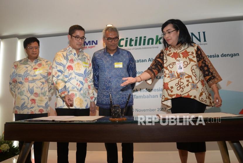 Direktur Hubungan Kelembagaan & Transaksional Perbankan BNI Adi Sulistyowati (kanan), Ketua Umum Ikatan Alumni (Iluni) Universitas Indonesia Arief B Hardono (kedua kanan), Bendahara Iluni UI Didit Ratam (kiri), dan Sekjen Iluni UI Andre Rahardian (kedua kiri) saat acara penandatangan kerjasama penerbitan Kartu Tanda Anggota di Jakarta, Senin (20/11).