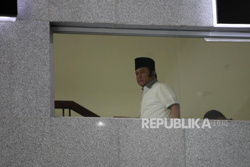 Bupati Lampung Selatan Zainudin Hasan dibawa petugas untuk menjalani pemeriksaan saat tiba di gedung KPK, Jakarta, Jumat (27/7).