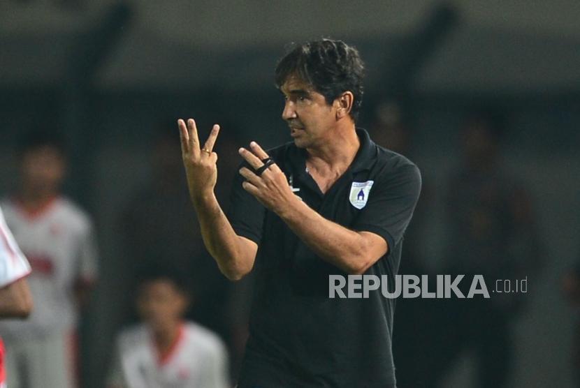 Pelatih Persipura Luciano Leandro