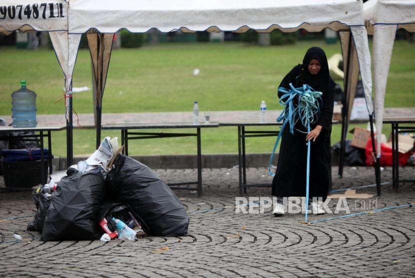 Atribut aksi 212  yang dijual saat  reuni aksi 212 di Lapangan Monumen Nasional, Jakarta, Ahad, (2/12).