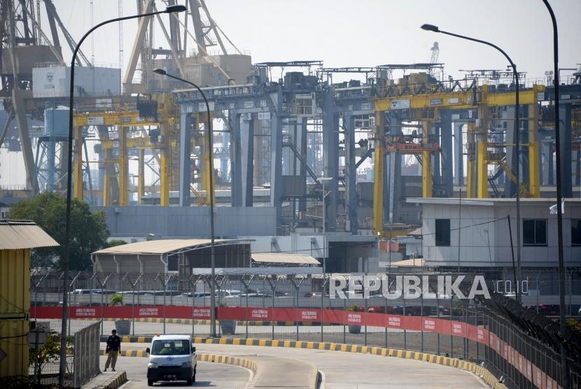 Aktivitas bongkar muat peti kemas di Pelabuhan Tanjung Priok, Jakarta, Senin (15/10).