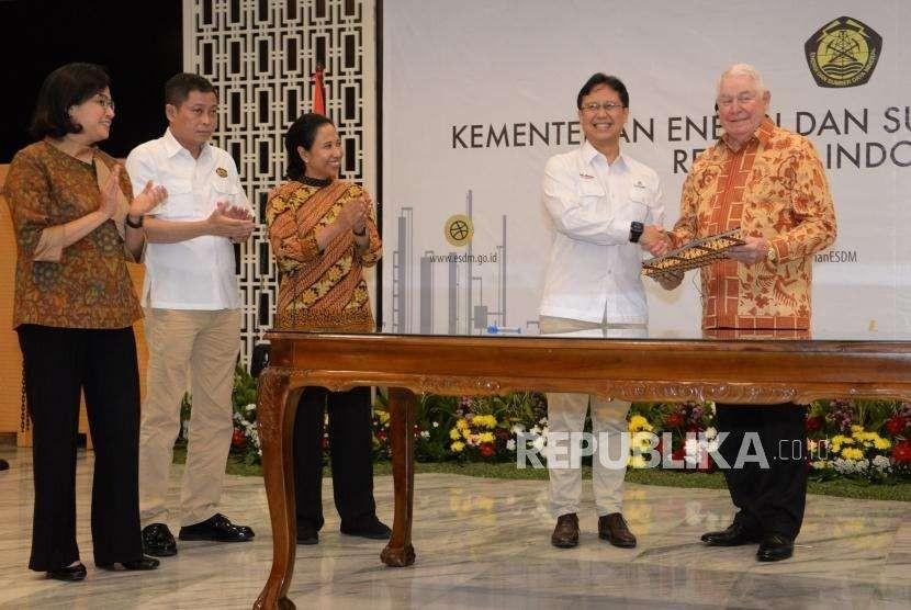 Dirut Inalum Budi G Sadikin (kedua kanan) bersama CEO Freeport McMoRan Inc Richard Adkerson (kanan) usai melakukan penandatanganan perjanjian disaksikan Menteri ESDM Ignasius Jonan (kedua kiri), Menkeu Sri Mulyani (kiri) dan Menteri BUMN Rini Soemarno (ketiga kiri) di Kantor Kementerian ESDM, Jakarta Kamis (27/9).
