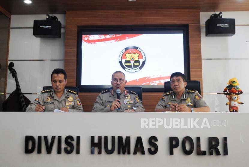 Kepala Divisi Humas Mabes Polri Irjen Pol Setyo Wasisto (tengah) memberikan paparan saat konferensi pers di Mabes Polri, Jakarta, Jumat (11/5).