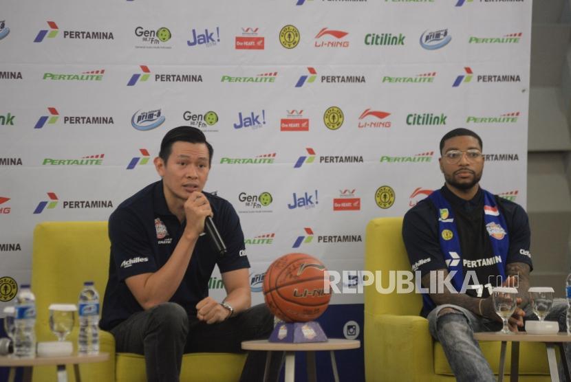 Pelatih Satria Muda Pertamina Youbel Sondakh (kiri) didampingi Pemain baru Satria Muda Pertamina Jamarr Andre Johnson pada acara pengenalan roster baru dan peluncuran alternatif jersey di Jakarta, Ahad (7/1).