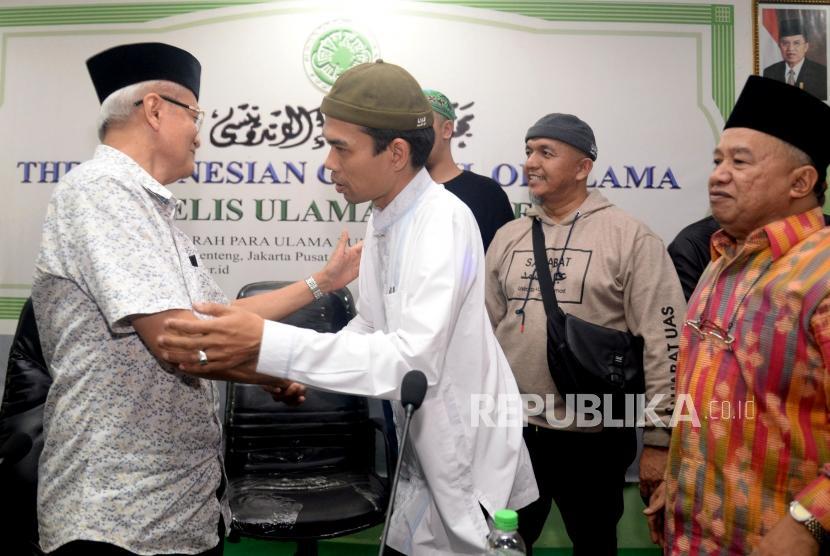 Ustaz Abdul Somad (UAS) berjabat tangan dengan pengurus MUI usai memberikan keterangan kepada wartawan saat memenuhi undangan MUI di Jakarta, Rabu (21/8).