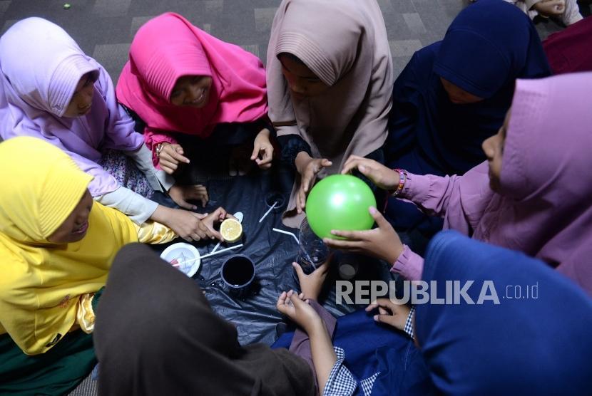 Belajar Matematika dan IPA dengan Menyenangkan. Anak-anak mengikuti materi Fun Science di Kantor Harian Republika, Jakarta, Sabtu (2/2/2019).