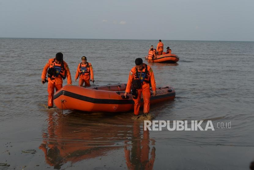 Anggota Basarnas bersiaga di kawasan  pantai  Tanjung Pakis, Pakis Jaya, Karawang Jawa Barat, Senin (29/10).