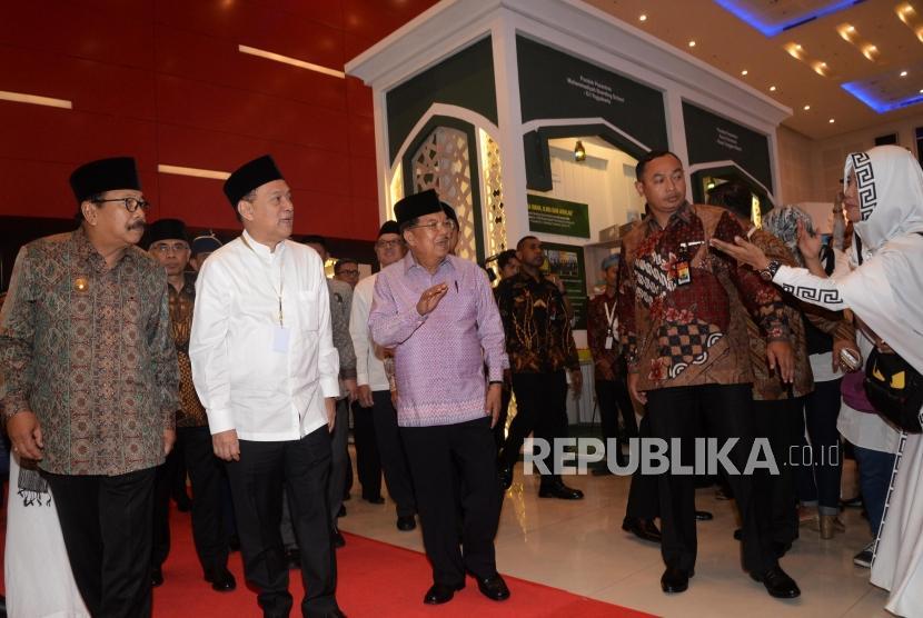 Wakil Presiden Jusuf Kalla (tengah), bersama Gubernur BI Agus Martowardojo (kedua kiri), dan Gubernur Jawa Timur Soekarwo melihat Sharia Fair Indonesia Sharia Economic Festival (ISEF) 2017 di Surabaya, Jawa Timur, Kamis (9/11).