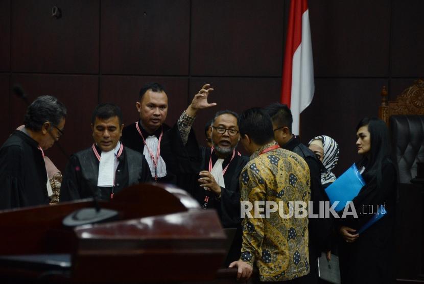 Ketua Tim Hukum Prabowo-Sandi, Bambang Widjojanto saat jeda waktu sidang lanjutan Perselisihan Hasil Pemilihan Umum (PHPU) Pemilihan Presiden (Pilpres) 2019 di Gedung Mahkamah Konstitusi, Jakarta, Selasa (18/6).