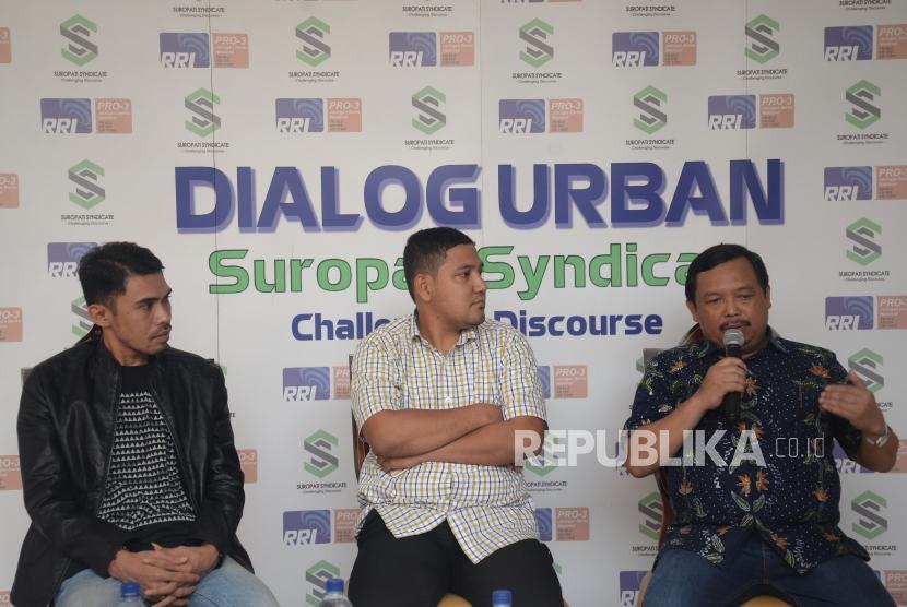 Anggota DPR dari Partai Demokrat HE Herman Khaeron menyampaikan pandangannya bersama Peneliti Lembaga Survey Indonesia Ikramah Khaeron (tengah) dan Peneliti Suropati Syndicate Ilham Akbar (kiri) saat Dialog dengan tema