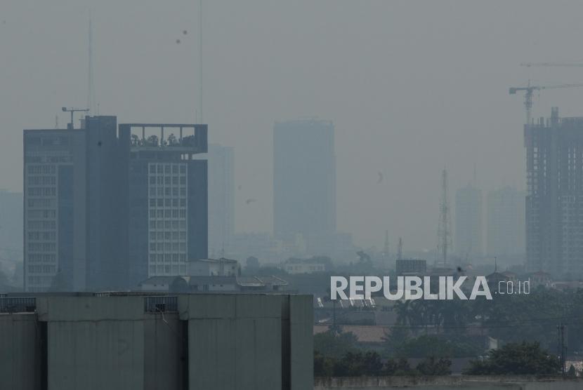 Teknologi Hujan Buatan Atasi Polusi Jakarta. Sejumlah gedung bertingkat terlihat samar karena polusi udara di Jakarta, Selasa (3/7).