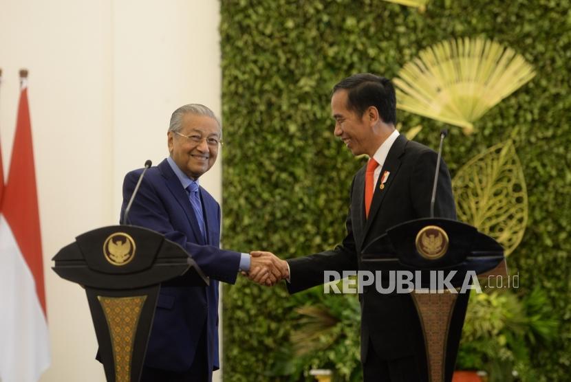 Presiden Kunjungan PM Malaysia. Presiden Joko Widodo (kanan) bersama PM Malaysia Mahathir Mohamad memberikan keterangan pers bersama saat kunjungan kenegaraan di Istana Bogor, Jawa Barat, Jumat (29/6).