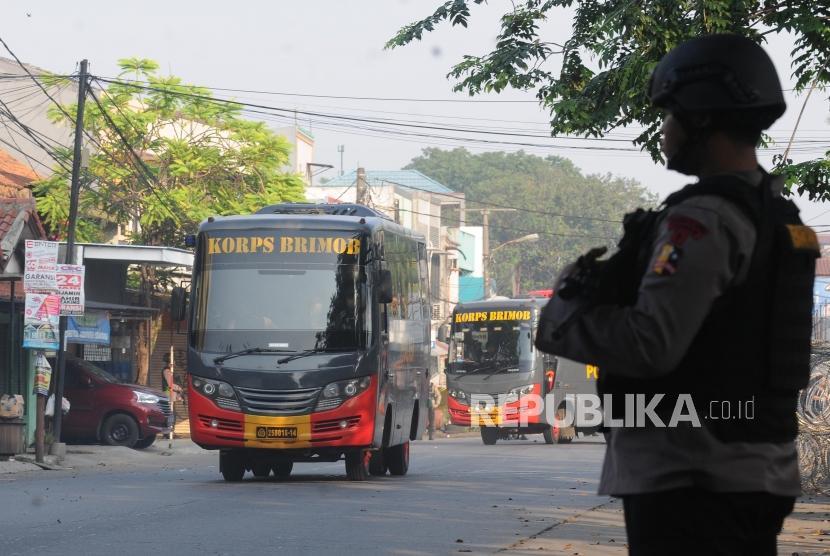 Sejumlah bus brimob yang membawa narapidana berjalan pasca kericuhan yang terjadi di Rutan cabang Salemba di Mako Brimob, Kelapa Dua, Depok, Jawa Barat, Rabu (9/5).