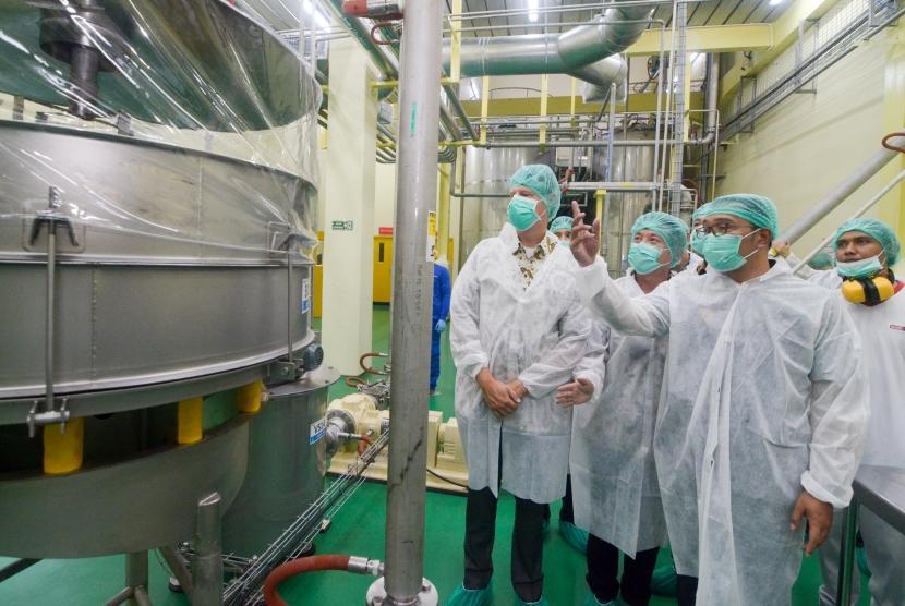 Gubernur Jabar Ridwan Kamil (kedua kanan) meninjau pembuatan coklat seusai peresmian pabrik PT Barry Callebaut Indonesia di Rancaekek, Sumedang, Jawa Barat, Jumat (23/8/2019).