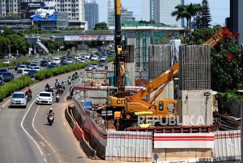 Proyek Dengan Biaya Sukuk. Pengerjaan proyek LRT di kawasan Cawang, Jakarta, Senin (25/12).