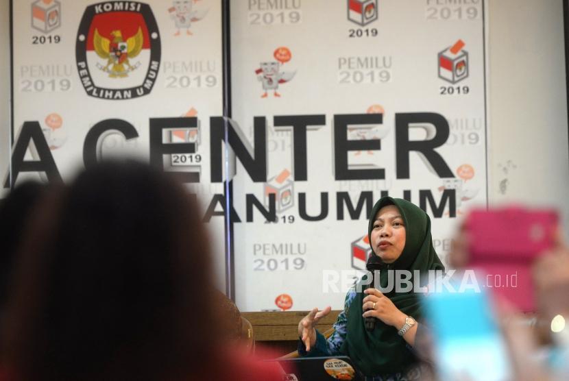 Anggota Dewan Pembina Perkumpulan untuk Pemilu dan Demokrasi (Perludem), Titi Anggraini menyampaikan paparan saat diskusi di KPU, Jakarta, Rabu (16/1).