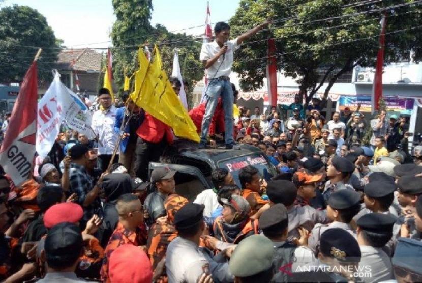 Unjuk Rasa PKL Warnai Pelantikan Anggota DPRD Garut