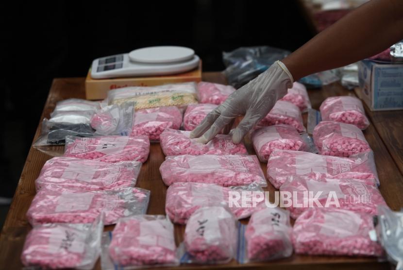 Barang bukti Narkoba jenis sabu dan ekstasi diperlihatkan saat rilis pengungkapan tindak pidana narkoba jenis ekstasi dan sabu jaringan Internasional untuk pasokan malam tahun baru di DKI Jakarta di Mapolda Metro Jaya, Jakarta, Rabu (27/12).