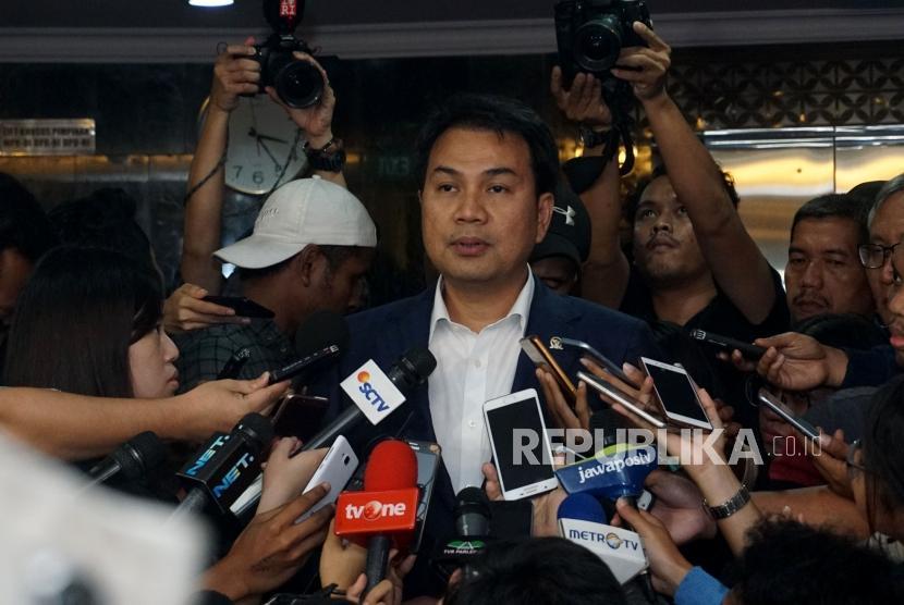 Wakil Ketua DPR Aziz Syamsuddin menjawab pertanyaan wartawan seusai mengikuti rapat Bamus di Kompleks Parlemen, Senayan, Jakarta, Senin (11/12).