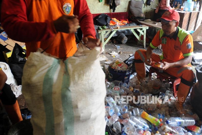 Petugas saat memilah sampah di Bank Sampah Dipo Sentral Tebet, Tebet, Jakarta Selatan, Selasa (10/4).