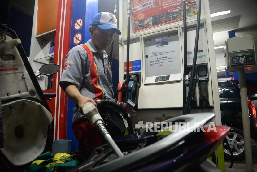 Petugas membantu konsumen mengisi Bahan Bakar Minyak (BBM) jenis pertalite (ilustrasi)