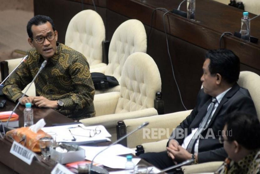 Pakar hukum tata negara Refly Harun (kiri) dan Yusril Ihza Mahendra mengikuti rapat dengar pendapat umum (RDPU) dengan Komisi II DPR di Kompleks Parlemen, Senayan, Jakarta, Rabu (18/10).