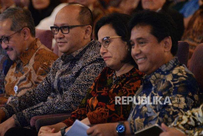 Menteri Keuangan Sri Mulyani (tengan) bersama Ketua Umum Asosiasi Pengusaha Indonesia (APINDO) Hariyadi Sukamdani (kanan) dan Ketua Umum Kamar Dagang Indoensia (KADIN) Rosan P.Roeslni (kiri) hadir dalam seminar nasional di Jakarta, Jumat (14/9).