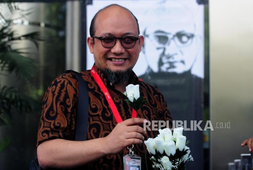 Penyidik Senior KPK Novel Baswedan usai memberikan sambutan di Gedung KPK, Jakarta, Jumat (27/7).