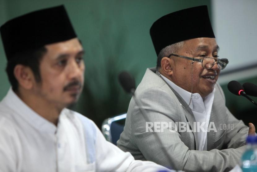 Ketua Bidang Luar Negeri  MUI Muhyidin Junaidi (kanan) didampingi Wakil Sekjen MUI Zaitun Rasmin (kiri).