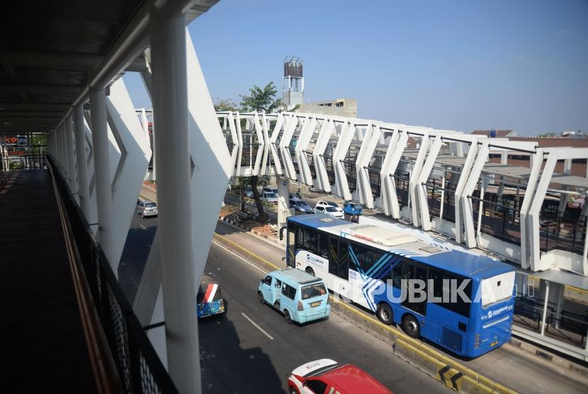 Suasana skybridge penghubung Stasiun LRT Jakarta Veldrome-Halte Transjakarta Pemuda di kawasan Rawamangun, Jakarta, Jumat (26/7).